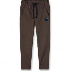 Spodnie w kolorze khaki. Spodnie materiałowe dla chłopców marki Reserved. W wyprzedaży za 107.95 zł.