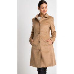 Klasyczny beżowy płaszcz z kołnierzem QUIOSQUE. Brązowe płaszcze damskie QUIOSQUE, z tkaniny, eleganckie. W wyprzedaży za 349.99 zł.