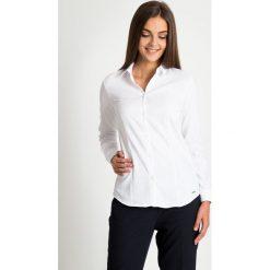 Biała klasyczna koszula  QUIOSQUE. Białe koszule damskie QUIOSQUE, z bawełny, biznesowe, z klasycznym kołnierzykiem, z długim rękawem. W wyprzedaży za 79.99 zł.