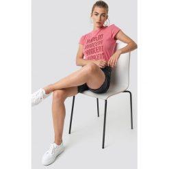 NA-KD Trend T-shirt z surowym wykończeniem Innocent - Pink. Różowe t-shirty damskie NA-KD Trend, z nadrukiem, z jersey, z okrągłym kołnierzem. Za 72.95 zł.