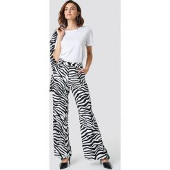 NA-KD Trend Rozszerzane spodnie z wysokim stanem - Black,White. Białe spodnie materiałowe damskie NA-KD Trend, z haftami. Za 202.95 zł.