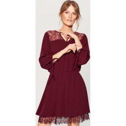Sukienka z koronką - Fioletowy. Fioletowe sukienki damskie Mohito, w koronkowe wzory, z koronki. Za 139.99 zł.