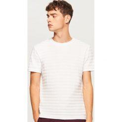 T-shirt z dzianiny strukturalnej - Biały. Białe t-shirty męskie Reserved, z dzianiny. Za 59.99 zł.