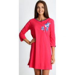 Koralowa piżama koszula nocna w ptaki QUIOSQUE. Pomarańczowe piżamy damskie QUIOSQUE, w kolorowe wzory, z bawełny. Za 99.99 zł.