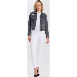 """Dżinsy """"Adriana"""" - Skinny fit - w kolorze białym. Białe jeansy damskie Cross Jeans. W wyprzedaży za 113.95 zł."""
