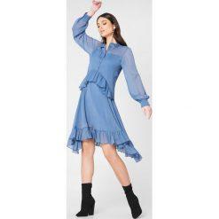 NA-KD Boho Sukienka z falbanką - Blue. Sukienki damskie NA-KD Trend, z falbankami, z długim rękawem. W wyprzedaży za 81.18 zł.