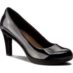 Półbuty CLARKS - Adriel Viola 261293604 Black Patent. Czarne półbuty damskie Clarks, z materiału, eleganckie. W wyprzedaży za 229.00 zł.