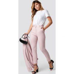 NA-KD Classic Różowe spodnie w paski - Pink. Różowe spodnie materiałowe damskie NA-KD Classic, w paski, z materiału. Za 202.95 zł.