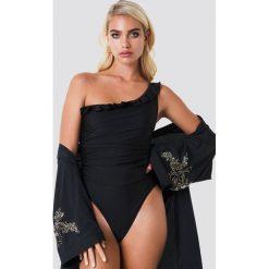 NA-KD Swimwear Błyszczący kostium kąpielowy na jedno ramię - Black. Czarne kostiumy jednoczęściowe damskie NA-KD Swimwear. Za 141.95 zł.