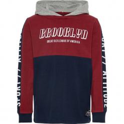 """Bluza """"Rasmus"""" w kolorze granatowo-czerwonym. Czerwone bluzy dla chłopców Name it Kids, z nadrukiem, z bawełny. W wyprzedaży za 59.95 zł."""
