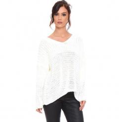 """Sweter """"Igal"""" w kolorze kremowym. Białe swetry damskie Cosy Winter, ze splotem, z asymetrycznym kołnierzem. W wyprzedaży za 159.95 zł."""
