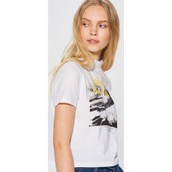 Koszulka z fotonadrukiem - Biały. Białe t-shirty damskie Cropp. Za 29.99 zł.