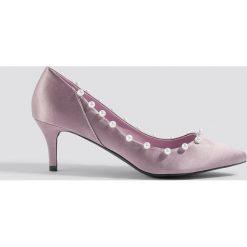 NA-KD Shoes Czółenka z perłami - Purple. Fioletowe czółenka damskie NA-KD Shoes, z satyny. Za 121.95 zł.
