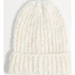Czapka beanie z lureksu - Kremowy. Białe czapki i kapelusze damskie Mohito. Za 29.99 zł.