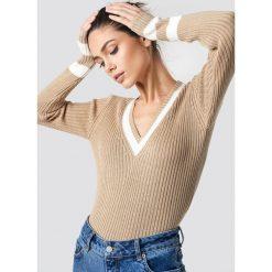 NA-KD Sweter z detalem - Beige. Brązowe swetry damskie NA-KD, z dzianiny, dekolt w kształcie v. Za 121.95 zł.