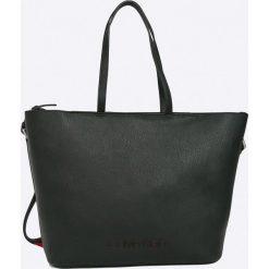 Calvin Klein - Torebka. Czarne torby na ramię damskie Calvin Klein. W wyprzedaży za 539.90 zł.