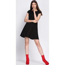 Czarna Sukienka Treat Me. Czarne sukienki damskie Born2be, na lato. Za 89.99 zł.