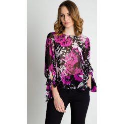Luźna bluzka w kolorze fuksji BIALCON. Czerwone bluzki damskie BIALCON, w kolorowe wzory, z tkaniny, wizytowe, z dekoltem na plecach. W wyprzedaży za 104.00 zł.