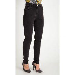 Szare spodnie jeansy z cekinami QUIOSQUE. Szare jeansy damskie QUIOSQUE. Za 179.99 zł.