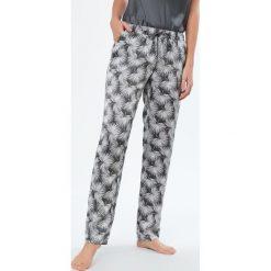 Etam - Spodnie piżamowe Cocoa. Szare piżamy damskie Etam, z poliesteru. W wyprzedaży za 59.90 zł.