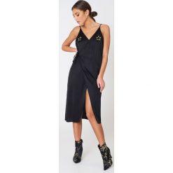 NA-KD Kopertowa sukienka z wyszywanymi gwiazdami - Black. Czarne sukienki damskie NA-KD, z haftami, z satyny, z kopertowym dekoltem. W wyprzedaży za 121.77 zł.