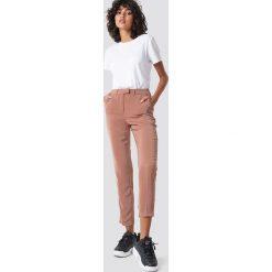 NA-KD Spodnie garniturowe z połyskiem - Pink. Różowe spodnie materiałowe damskie NA-KD, z elastanu. Za 161.95 zł.