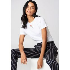 NA-KD T-shirt z haftowaną różą - White. Białe t-shirty damskie NA-KD, z haftami, z bawełny, z klasycznym kołnierzykiem. Za 40.95 zł.
