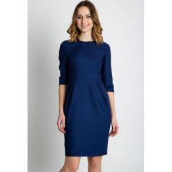 Granatowa dopasowana sukienka  BIALCON. Niebieskie sukienki damskie BIALCON, z tkaniny, biznesowe, z klasycznym kołnierzykiem. Za 279.00 zł.