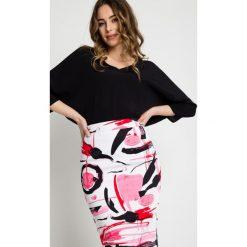 Ołówkowa spódnica we wzory z podszewką BIALCON. Białe spódnice damskie BIALCON, w kolorowe wzory, eleganckie. Za 149.00 zł.