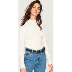 Dopasowany sweter - Kremowy. Białe swetry damskie Reserved. Za 99.99 zł.