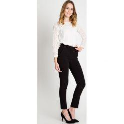 Czarne spodnie w kant z wysokim stanem BIALCON. Czarne spodnie materiałowe damskie BIALCON, w paski, z koronki. W wyprzedaży za 160.00 zł.