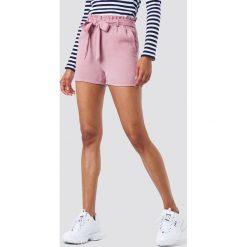 NA-KD Szorty z wiązaniem w talii - Pink. Różowe szorty damskie NA-KD, w paski, z poliesteru. W wyprzedaży za 24.29 zł.