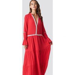 Trendyol Sukienka maxi z detalami - Red. Czerwone sukienki damskie Trendyol, z koronki, z długim rękawem. W wyprzedaży za 80.98 zł.