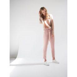 Pastelowe spodnie chino - Różowy. Czerwone spodnie materiałowe damskie House. Za 69.99 zł.