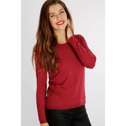 """Sweter """"Unibri"""" w kolorze czerwonym. Czerwone swetry damskie Scottage, z kaszmiru, z okrągłym kołnierzem. W wyprzedaży za 99.95 zł."""