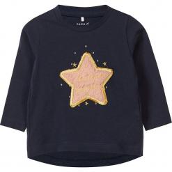 """Koszulka """"Real"""" w kolorze granatowym. Niebieskie bluzki dla dziewczynek Name it Baby, z aplikacjami, z bawełny, z okrągłym kołnierzem, z długim rękawem. W wyprzedaży za 32.95 zł."""