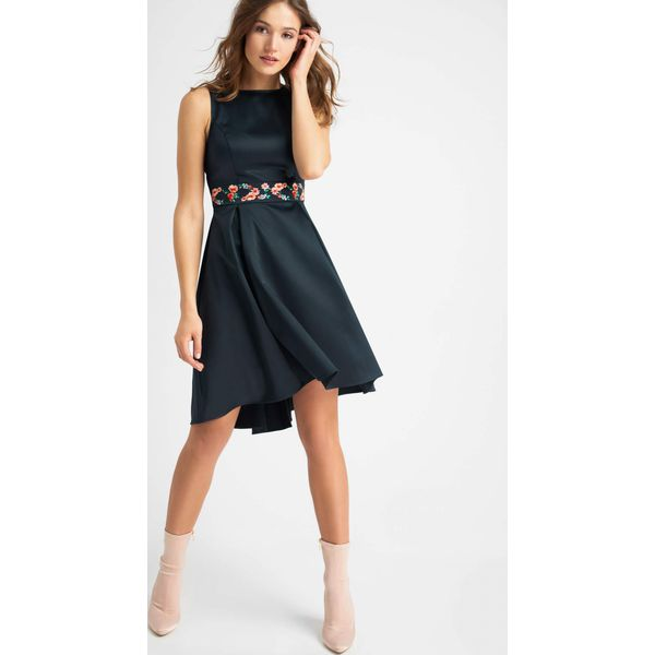 a463ae4372 Rozkloszowana sukienka z dłuższym tyłem - Sukienki damskie marki ...