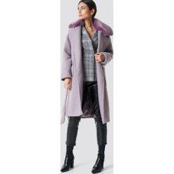 NA-KD Trend Płaszcz z kołnierzem ze sztucznego futra - Purple. Fioletowe płaszcze damskie NA-KD Trend, w paski. Za 445.95 zł.