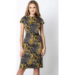 Szara sukienka w żółte kwiaty QUIOSQUE. Szare sukienki damskie QUIOSQUE, w kwiaty, z dzianiny, z dekoltem na plecach, z długim rękawem. Za 199.99 zł.