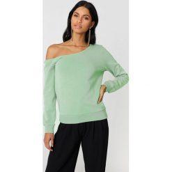 NA-KD Basic Sweter na jedno ramię - Green. Zielone swetry damskie NA-KD Basic, z bawełny. W wyprzedaży za 40.38 zł.