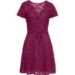 Sukienka koronkowa bonprix jeżynowy. Fioletowe sukienki damskie bonprix, z koronki, z kopertowym dekoltem. Za 149.99 zł.