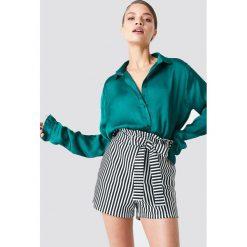 NA-KD Satynowa koszula - Green. Zielone koszule damskie NA-KD Trend, z poliesteru, z falbankami. Za 121.95 zł.