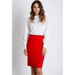 Klasyczna ołówkowa spódnica w kolorze czerwonym BIALCON. Czerwone spódnice damskie BIALCON, biznesowe. W wyprzedaży za 111.00 zł.