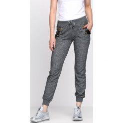 Ciemnoszare Spodnie Dresowe Up Heels. Szare spodnie dresowe damskie Born2be, z dresówki. Za 19.99 zł.