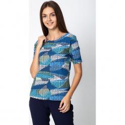 Niebieska bluzka ze wzorem QUIOSQUE. Niebieskie bluzki damskie QUIOSQUE, z nadrukiem, z bawełny, biznesowe, z dekoltem w łódkę. Za 69.99 zł.