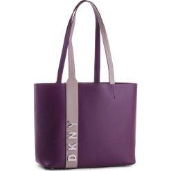 Torebka DKNY - R83AH771 Brinjal B7J. Fioletowe torebki do ręki damskie DKNY, ze skóry. Za 1,109.00 zł.