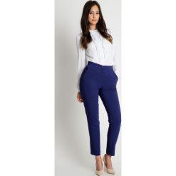 Klasyczne spodnie w kant na pasku BIALCON. Białe spodnie materiałowe damskie BIALCON. Za 195.00 zł.