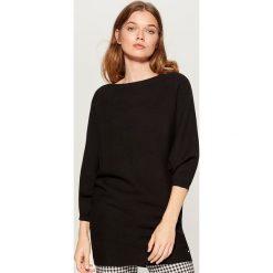Luźny sweter z prostym dekoltem - Czarny. Swetry damskie marki bonprix. W wyprzedaży za 99.99 zł.