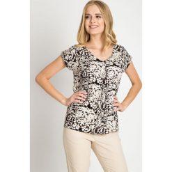 Wiskozowa bluzka ze wzorem QUIOSQUE. Białe bluzki damskie QUIOSQUE, z wiskozy, biznesowe, z krótkim rękawem. W wyprzedaży za 39.99 zł.