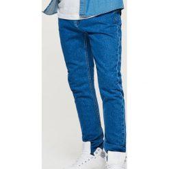 Jeansy COMFORT CARROT - Niebieski. Niebieskie jeansy męskie Cropp. Za 99.99 zł.